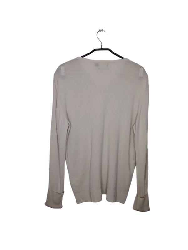 Delikatny, jasny sweter z dekoltem w serek.