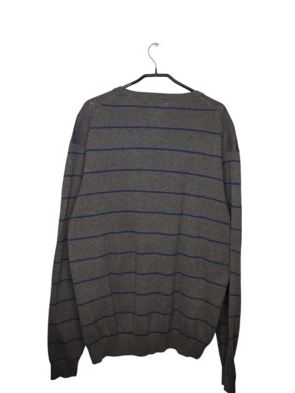 Szary sweter w granatowe paski z dekoltem w serek.