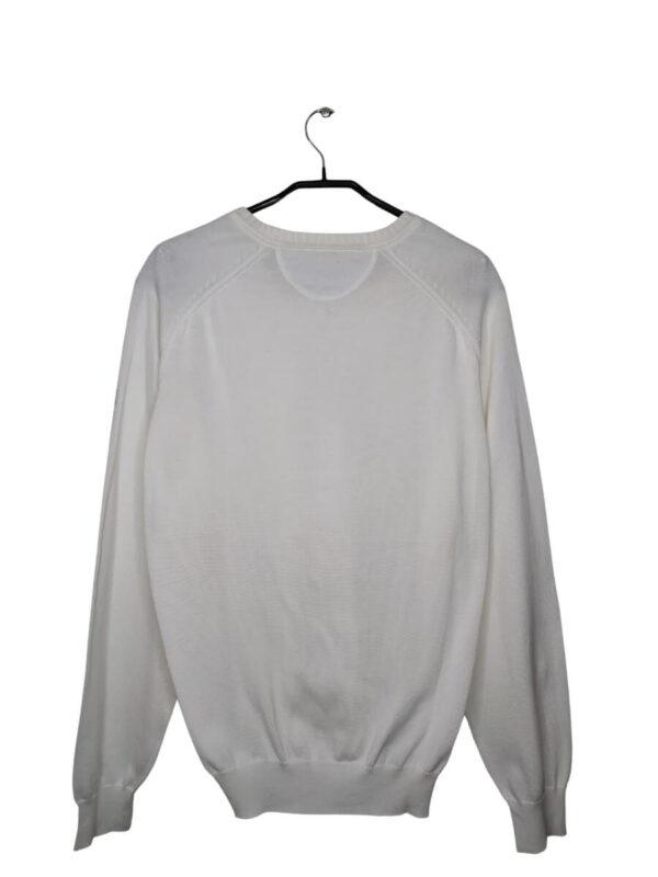 Biały sweter z dekoltem w serek.