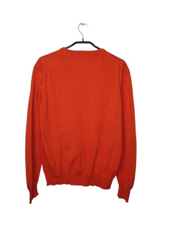 Pomarańczowy sweter. Ściągany na dole i przy rękawach. Po lewej stronie małe, wyszyte logo.