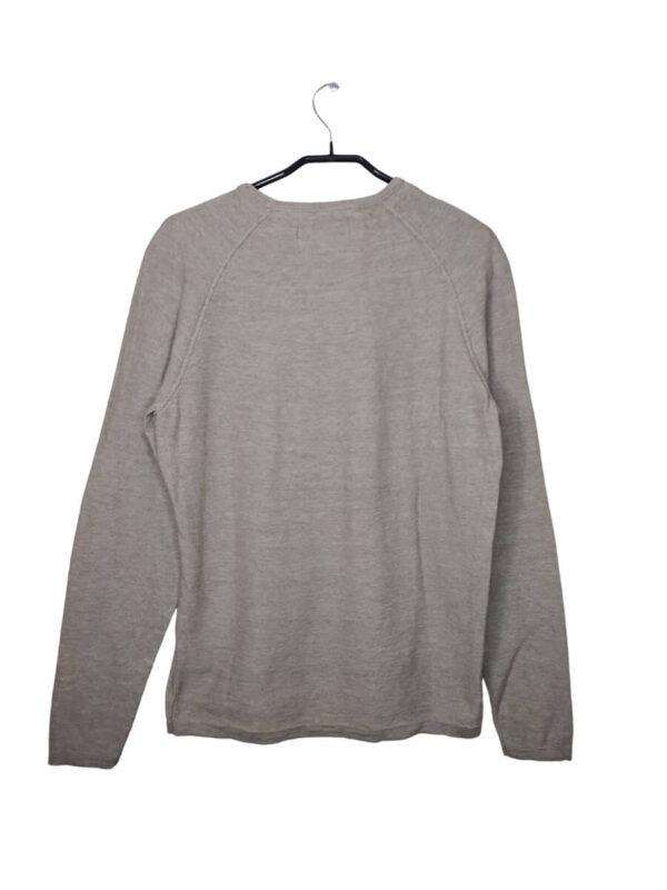 Szary sweter ze zdobieniem przy rękawach.