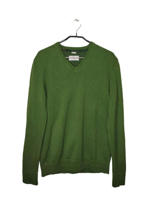 Ciemnozielony sweter z dekoltem w serek. Wyszyte logo po lewej stronie.