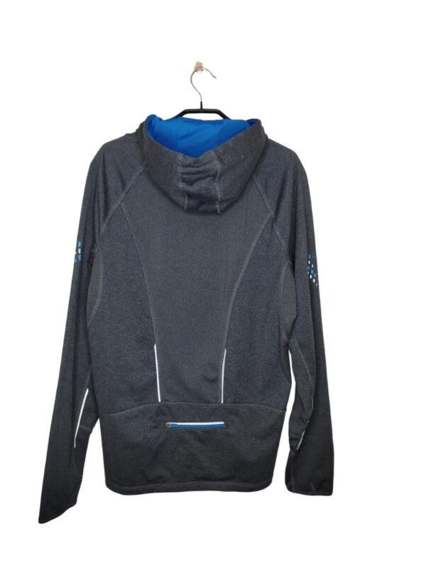 Szara kurtka sportowa z niebieskimi wstawkami. Ściągany kaptur, mała kieszonka z tyłu. Posiada elementy odblaskowe.