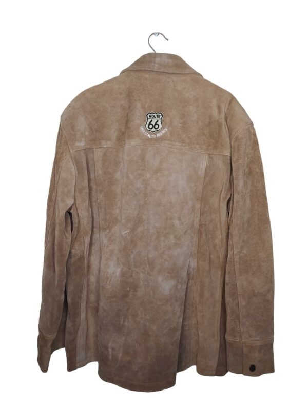 Beżowa, długa kurtka skórzana. Posiada kieszenie i zapinane rękawy.