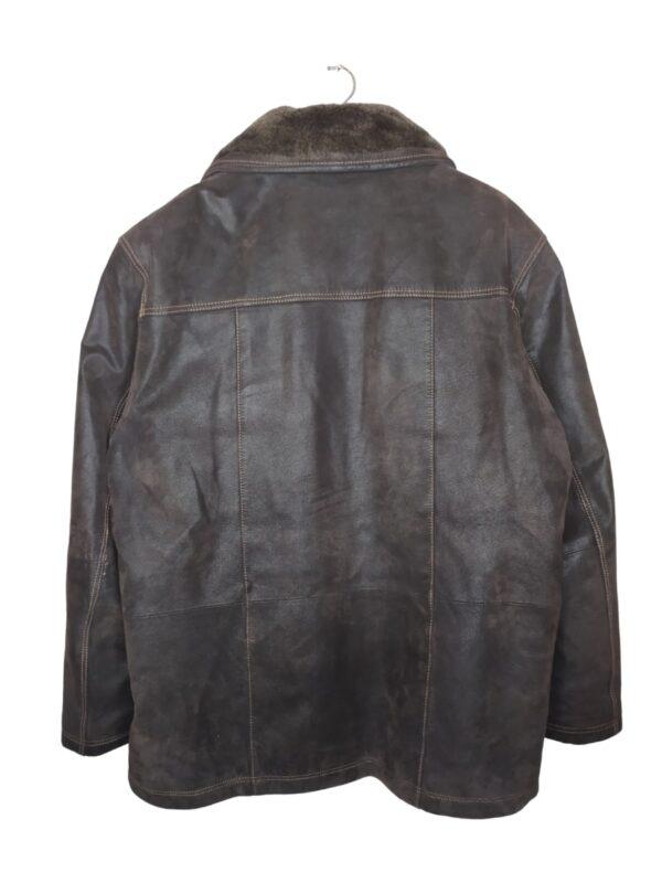 Brązowa kurtka skórzana z odczepianym futrem. Posiada kieszenie (jedna na zamek, dwie bez zapięcia).