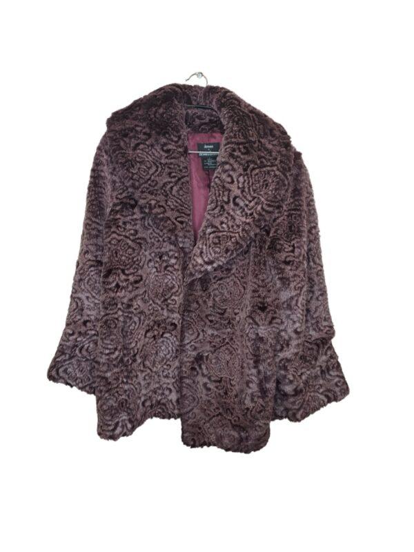 Różowe futro z wytłaczanym bordowym wzorem. Zapinane na keski. Posiada kieszenie.