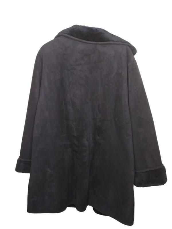 Czarny płaszcz z kożuchem zapinany na guziki.