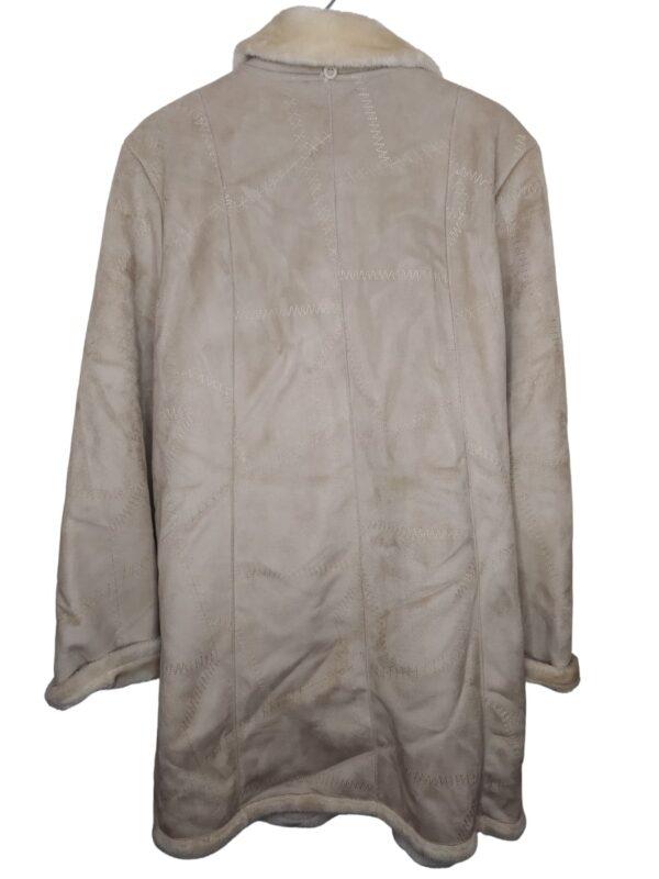 Kremowy, długi płaszcz z futerkiem. Posiada kieszenie. Zapinany na guziki. Widoczne lekkie ślady noszenia.