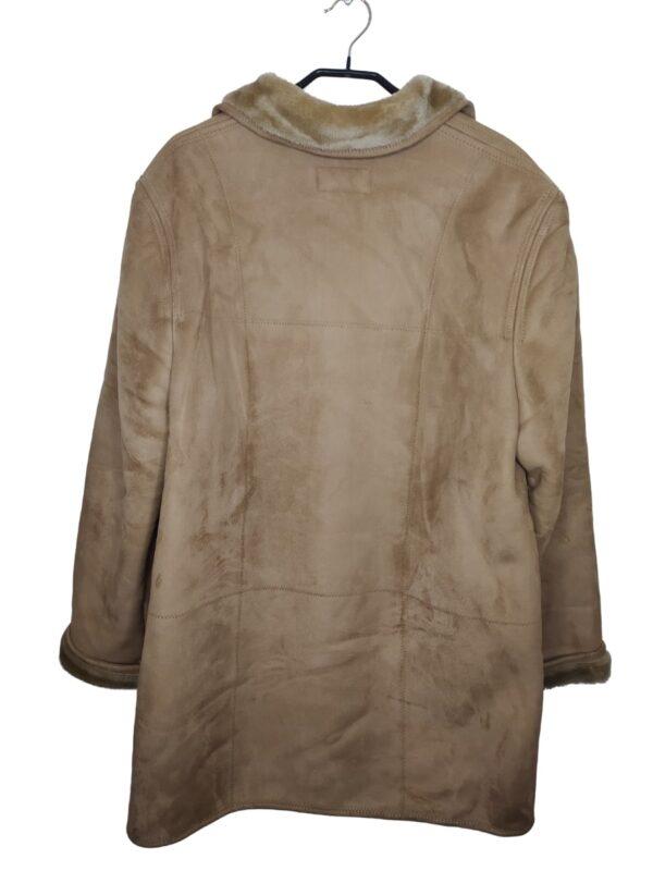 Beżowy, ocieplany płaszcz zapinany na guziki. Posiada kieszenie. Rozmiar wypada mniejszy (około 40-42).