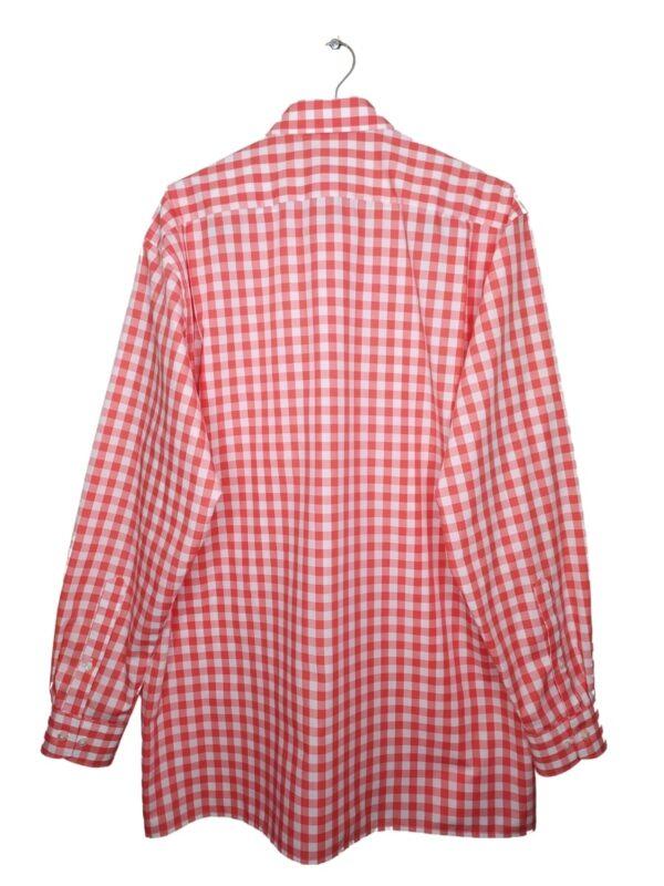 Koszula w biało-czerwona kratkę. Kieszonka po lewej stronie, na niej naszyte logo. Na dole od spodu przyszyte zapasowe guziki.