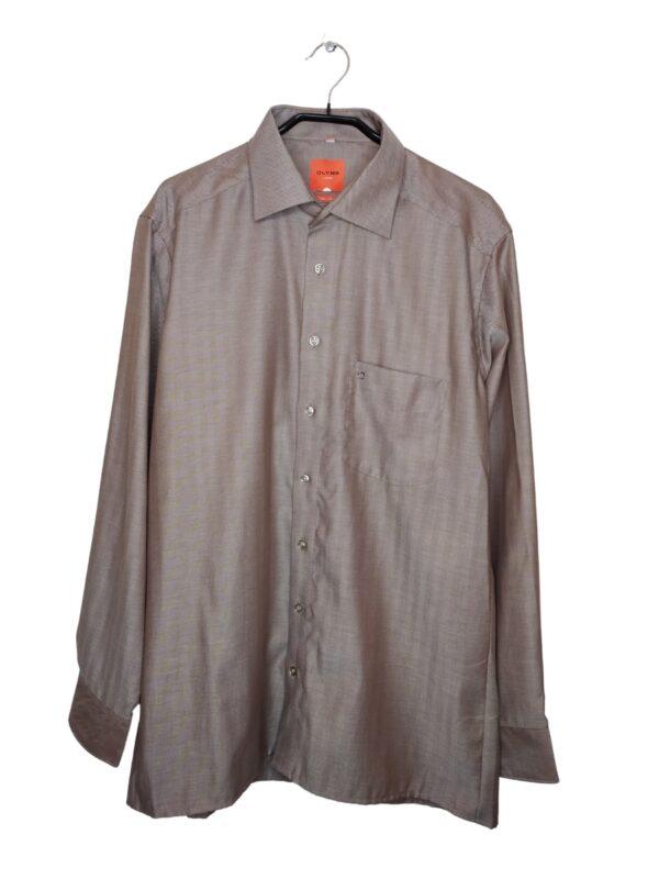 Szara koszula w pasy (wzór z paskami idącymi w inne strony). Kieszonka po lewej stronie, na niej naszyte logo. Na dole od spodu przyszyte zapasowe guziki.