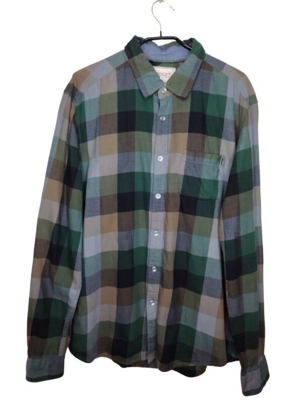 Koszula w kratkę w stonowanych kolorach. Posiada kieszonkę po lewej stornie. Przy metce są zapasowe guziki.