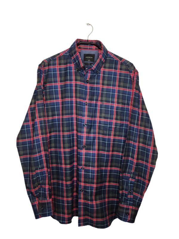 Koszula w czerwoną kratkę. Kieszonka po lewej stronie, na niej naszyte logo. Na dole przyszyte zapasowe guziki.
