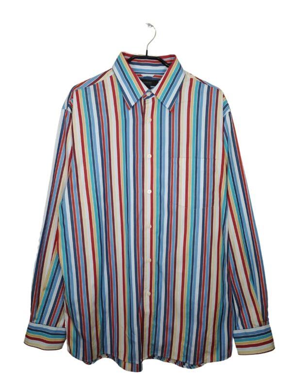 Koszula w kolorowe, pionowe paski. Posiada kieszeń po lewej stronie. Na dole od spodu przyszyte zapasowe guziki.