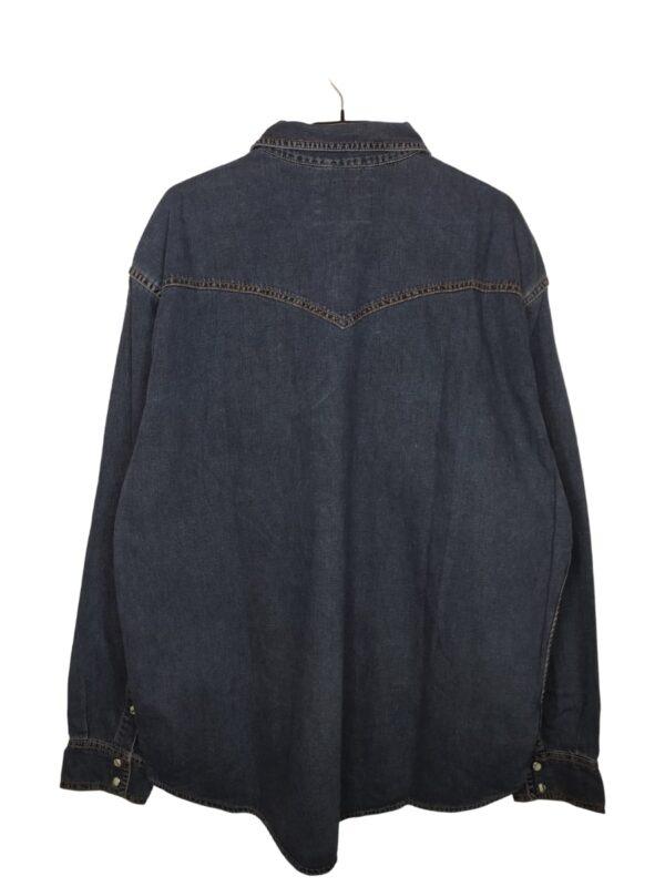 Koszula jeansowa z kieszeniami (na lewej u góry naszyte logo). Zapinana na zatrzaski.