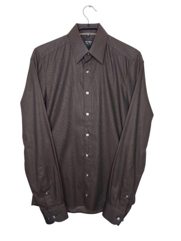 Brązowa koszula z delikatnym wzorem. Na dole od spodu przyszyte zapasowe guziki.