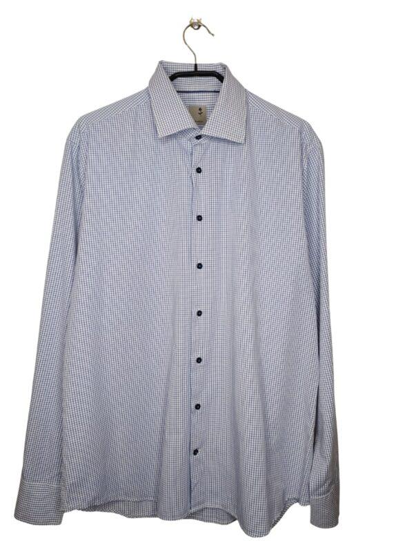 Biała koszula w niebieską kartkę. Na dole od spodu przyszyte zapasowe guziki.