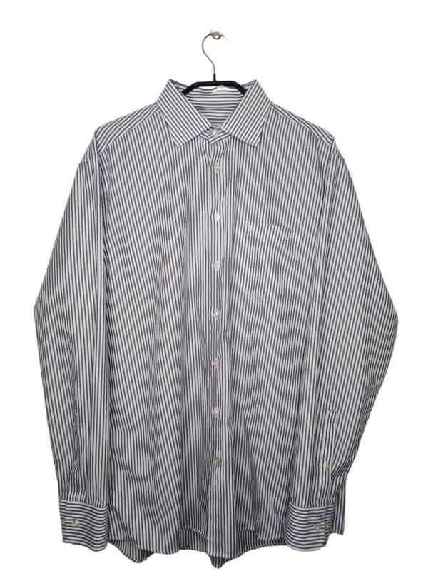 Biała koszula w pionowe, szare pasy. Po lewej stronie kieszonka z logo.