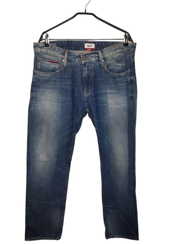 Spodnie jeansowe zapinane na guzik i zamek.