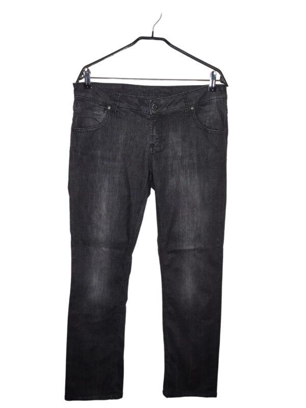 Grafitowe spodnie jeansowe. Widoczne lekkie ślady noszenia.