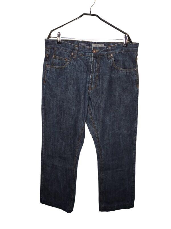 Ciemne spodnie jeansowe.