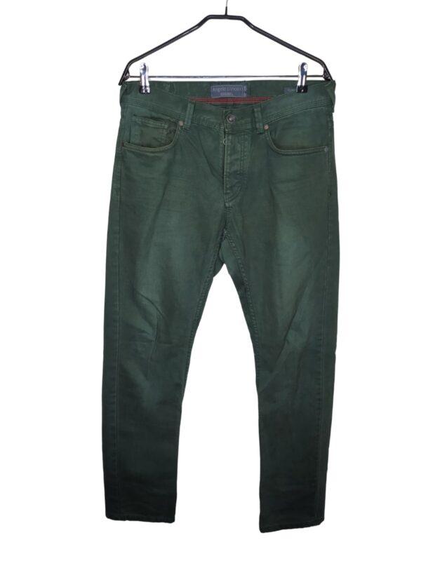 Ciemnozielone spodnie jeansowe zapinane na guziki zamiast rozporka. Widoczne lekkie ślady noszenia.