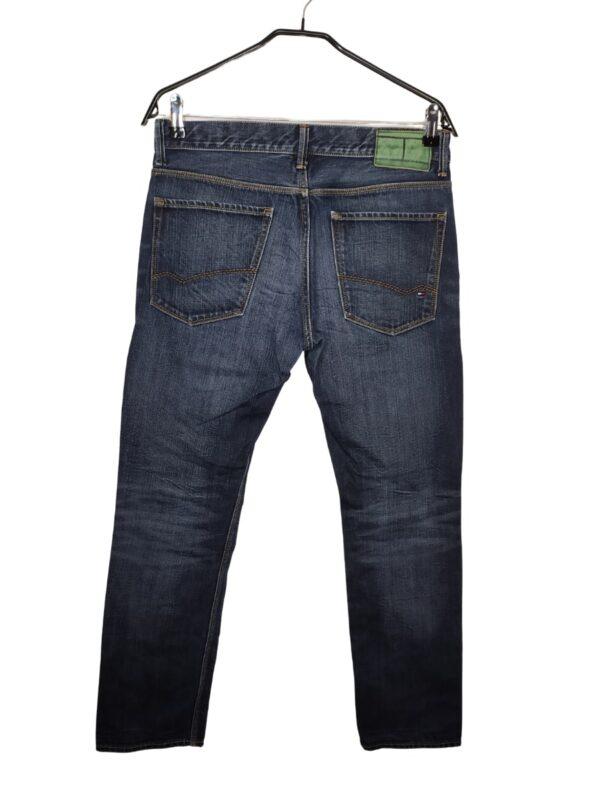Spodnie jeansowe. Z tyłu na kieszeni logo firmy.