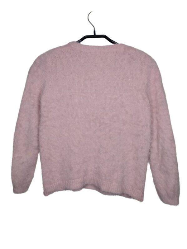 Futrzany, różowy sweterek z napisem z cekinów.