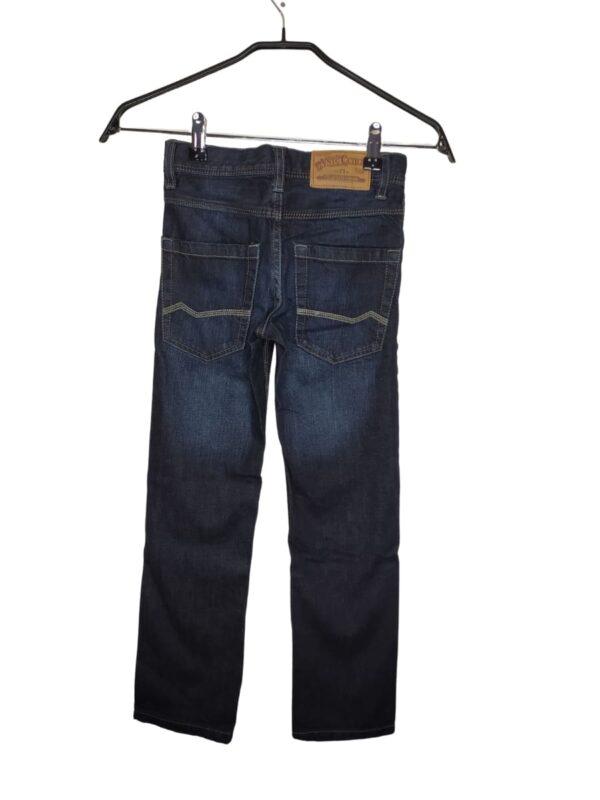 Jeansowe spodnie zapinane na zamek i rozporek.