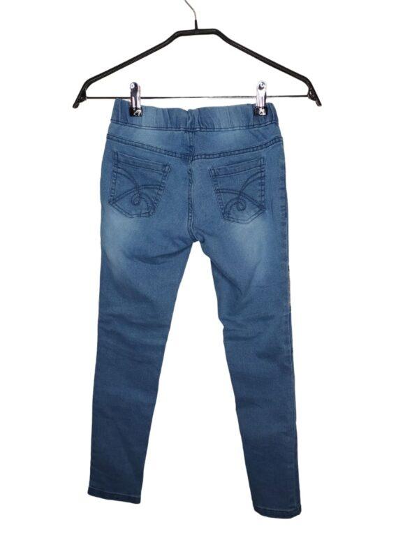 Spodnie ze ściągaczem. Posiadają błyszczące elementy z cekinami. Z przodu imitacja kieszeni.