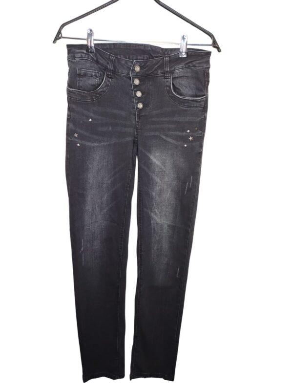 Czarne spodnie jeansowe z ćwiekami. Zapinane na guziki zamiast rozporka.