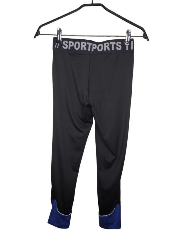Czarne legginsy sportowe z niebieskimi elementami. Na gumce napisy.