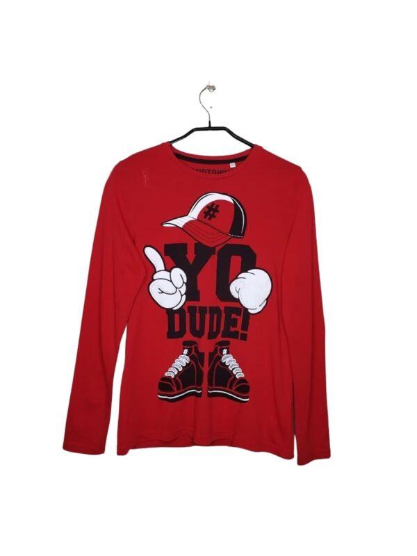 Czerwona bluzka z długim rękawem. Na przodzie czarny i biały nadruk.