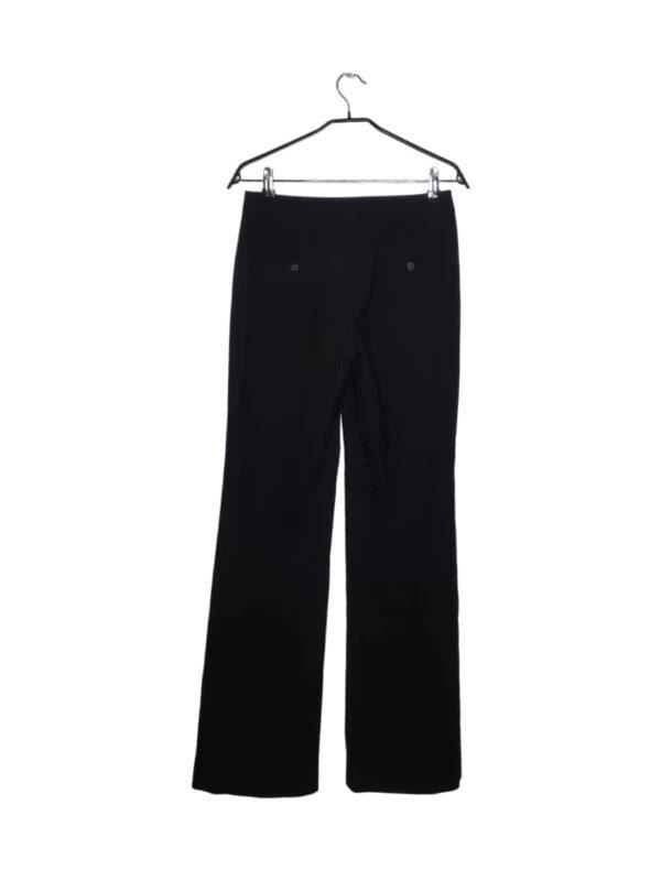 Czarne spodnie z szerokimi nogawkami. Z tyłu kieszenie zapinane na guziki.