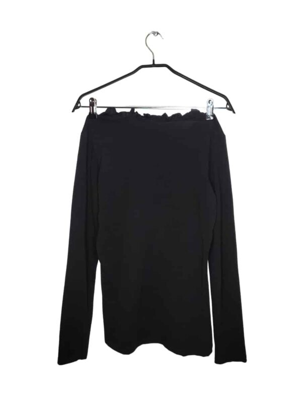 Czarny sweter zapinany na guziki z przodu. Posiada ozdobne falbanki.