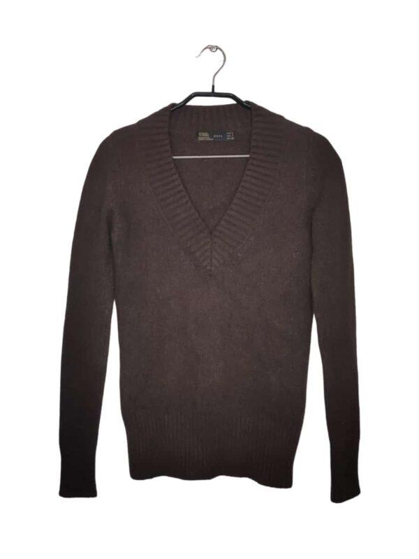 """Przyjemny w dotyku brązowy sweter z dekoltem w kształcie litery """"V"""". Ściągany na rękawach i na dole."""