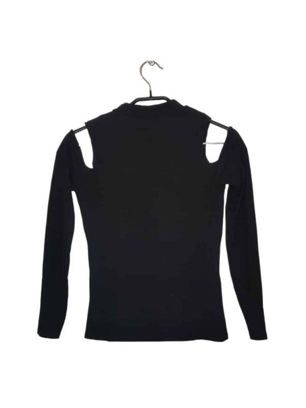 Czarny sweter z odkrytymi ramionami i stójką.