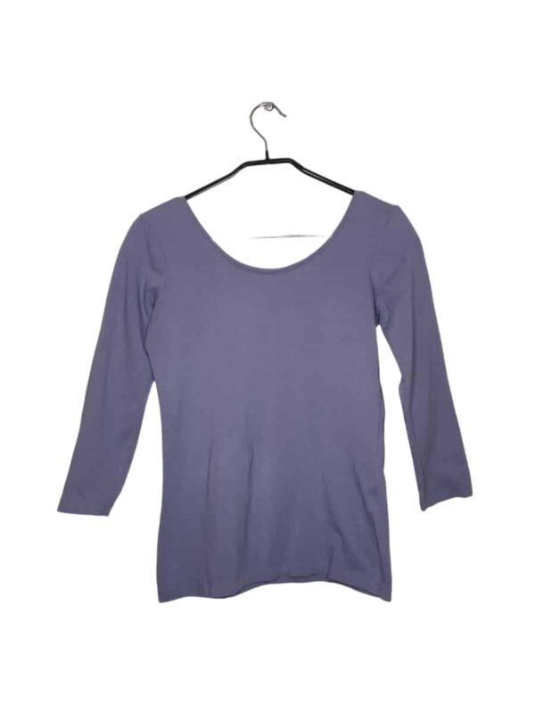 Szary sweterek przeszywany błyszczącą nicią. Krótszy przód i dłuższy tył.