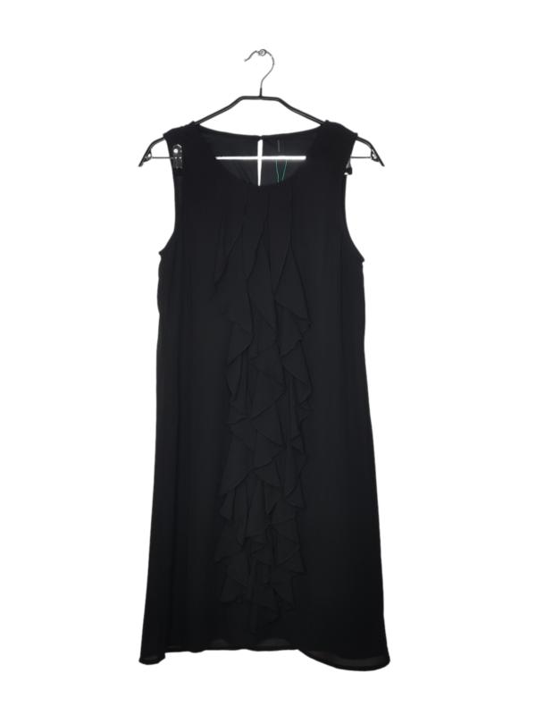 Czarna, satynowa sukienka z trzema falbanami na przodzie. Zapinana z tyłu na guzik.