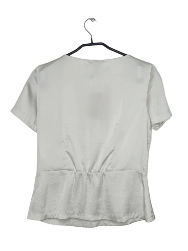 Satynowa, perłowa bluzka z zapięciem z boku.