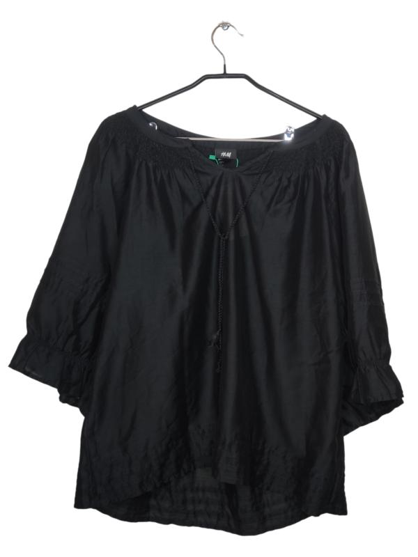 Czarna, satynowa bluzka z rozszerzonymi rękawami. Widoczne lekkie ślady noszenia.