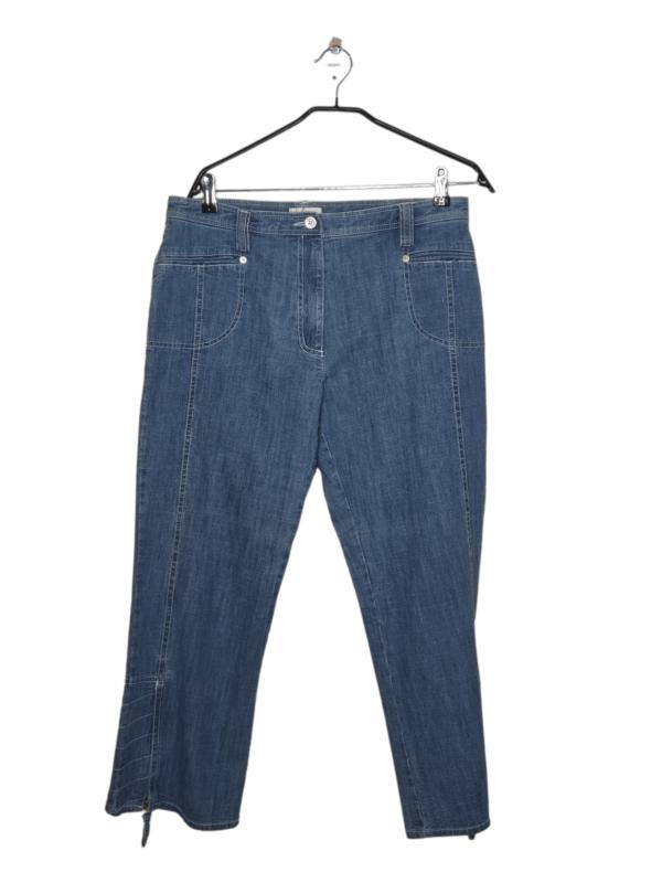 Spodnie posiadają rozpinane nogawki.