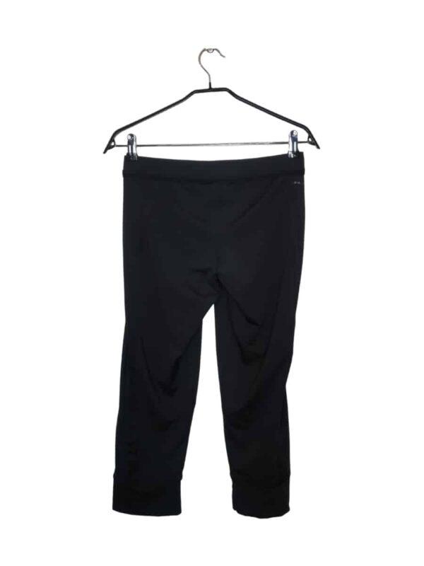 Czarne spodnie sportowe za kolano. Delikatna ozdobna falbanka przy ściągaczu. Seria climalite.