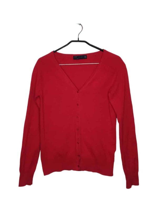 Czerwony sweter zapinany na guziki. Widoczne lekkie ślady noszenia.