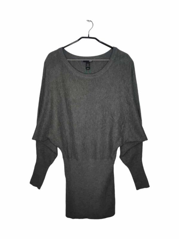 Szary sweter ze ściągaczem na dole. Jest zmechacony i ma widoczne ślady noszenia.
