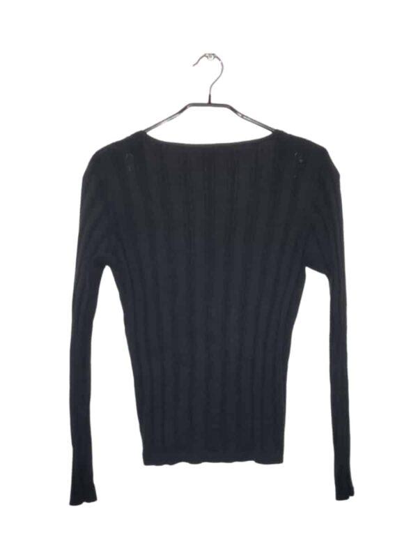 Czarny sweterek zapinany na guziki.
